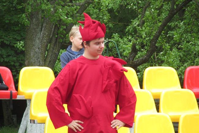 Kas buvo šis raudonas personažas, nesupratau, bet jis tikrai buvo svarbus